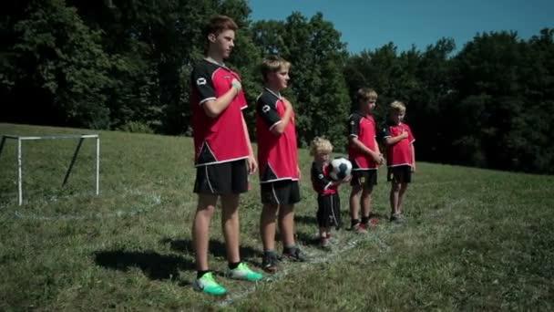 děti stojí v linii v athlethic oblečení