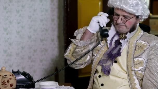 muž mluví po telefonu v 19.