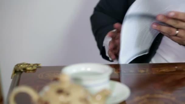Mann seziert ein Stück Papier in einem Faxpapier-Seziergerät