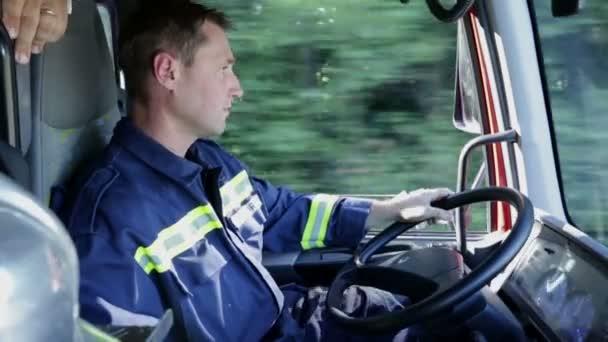 hasič projížděl zemi v odpoledne