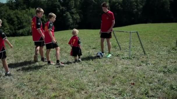 děti hrají fotbal na vnější soudu