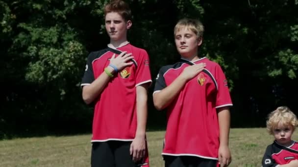 mladí fotbalisté drželi se za ruce do jejich srdce