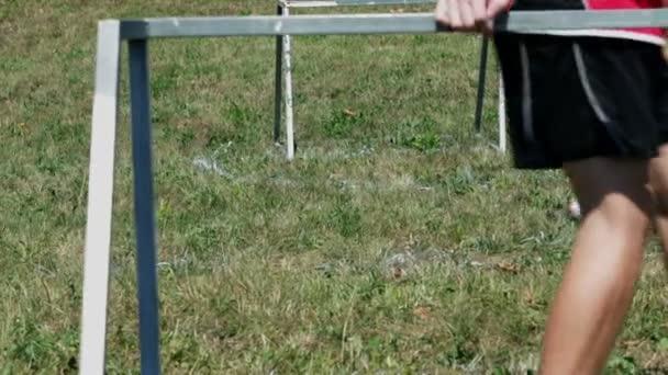 Celkem děti hrají fotbal na zelené louce