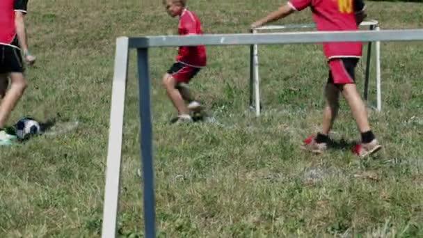 Celkem děti hrají fotbal v létě