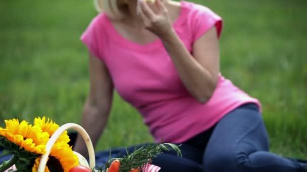 žena jíst jablka a zahodil zbývajících
