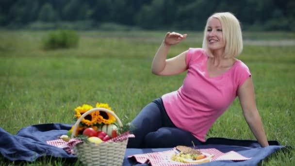 těhotná žena zjistí člověk daleko a pozve ji na piknik