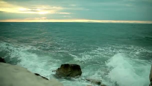 mořské vlny vyprat na pobřeží