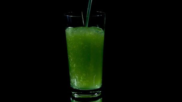 zelenobílá šťáva z vitamínové tablety připraven k pití