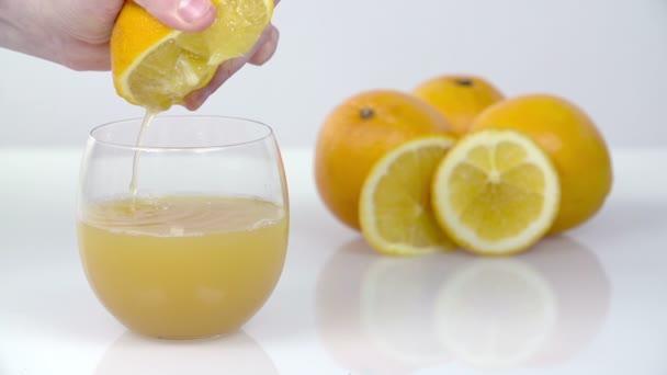 quetschen ein Zitrus in Fruchtsaft