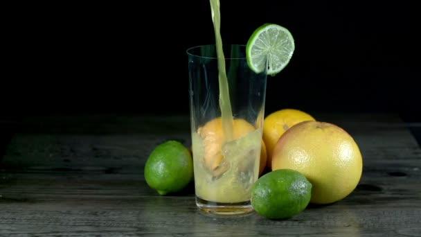 Saft im Glas vor exotischen Früchten