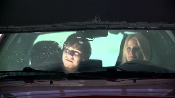 mladý pár, pozorovat, jak přístrojů vyčistit své auto v pomalém pohybu