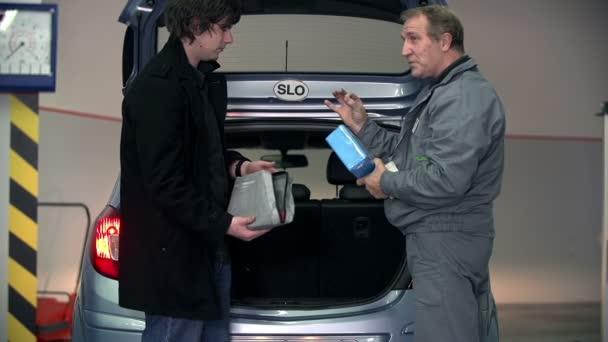 auto mechanik dává několik tipů k mladým zákazníkům