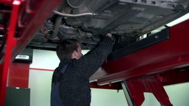auto mechanik zašívání spodní části podvozku