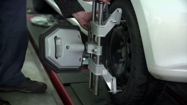 mechanik předchozího části připevněn na pneumatiky