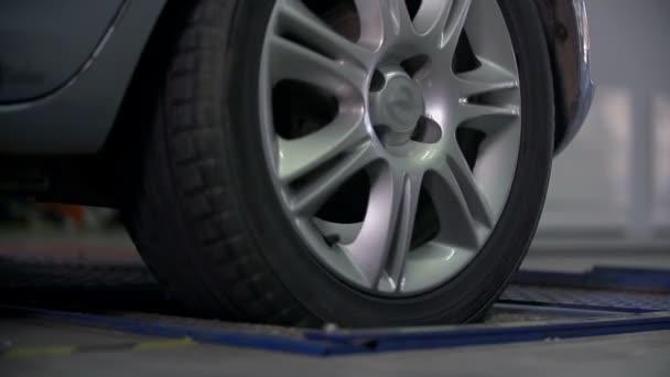 testování přestávky na zadní pneumatiky