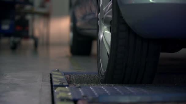 testování zadní pneumatiky na automobil