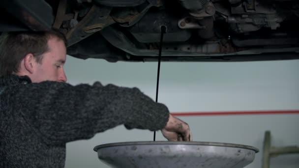 mechanik bere něco od velký trychtýř