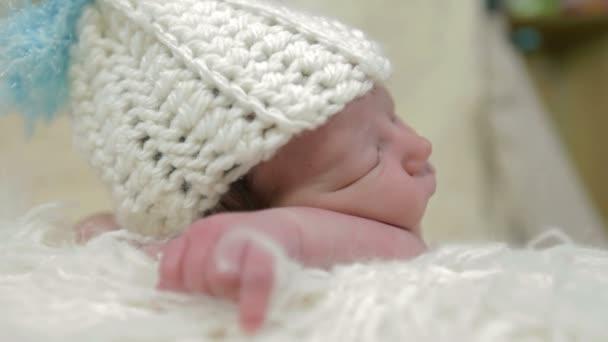 sleppeing dítě oblečené v bílém clotthes