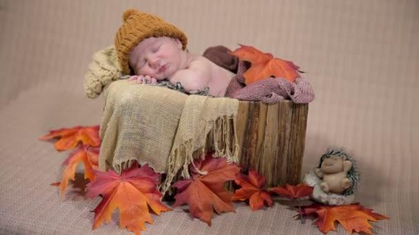 dítě spí v malé úhledně uspořádány postel