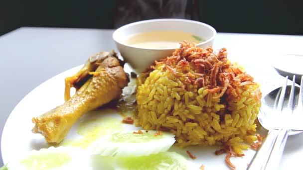 kuřecí kari rýže pilaf na bílé desce