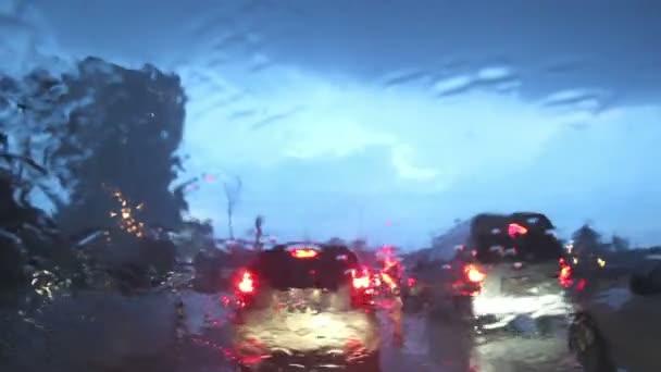 jízdy na deštivé ulici v Bangkoku, prší na sklo