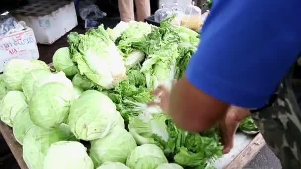 Zeleninový krámek v čerstvé veřejném trhu Společenství v Bangkoku, Thajsko