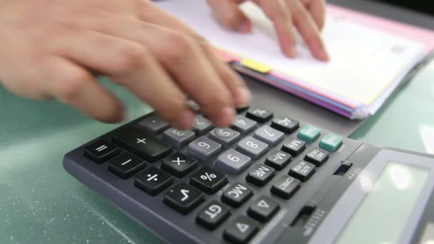 podnikatel pomocí kalkulačky