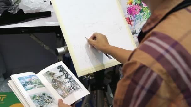 Künstler Zeichnung Bild mithilfe der Palette und verschiedenen Pinseln