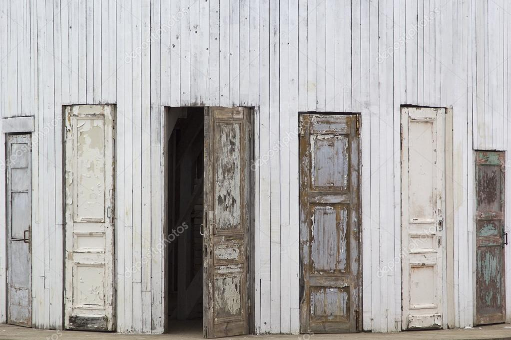 varias puertas de madera antiguas u foto de stock