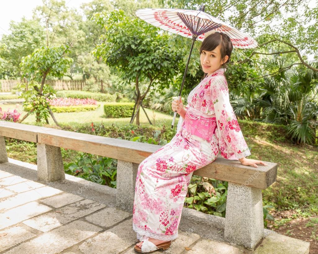 Asiatique Femme Assise Dans Le Jardin De Style Japonais