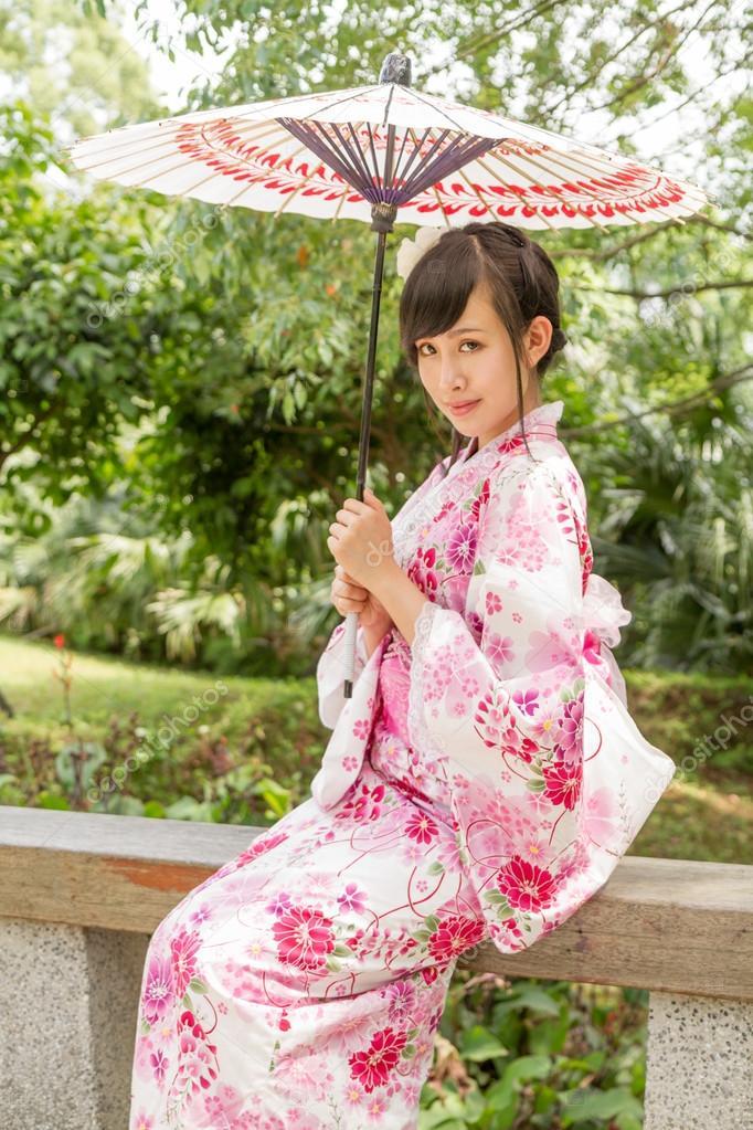 asiatique femme portant un yukata dans jardin de style japonais photographie imagesbykenny. Black Bedroom Furniture Sets. Home Design Ideas
