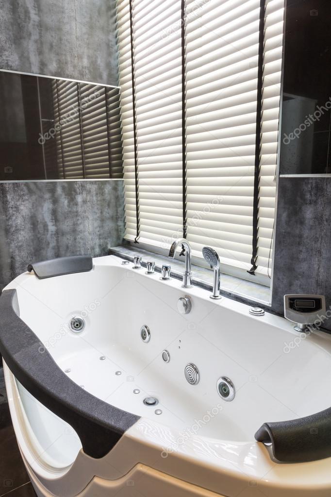 whirlpool in een luxe badkamer — Stockfoto © tuthelens #48488707