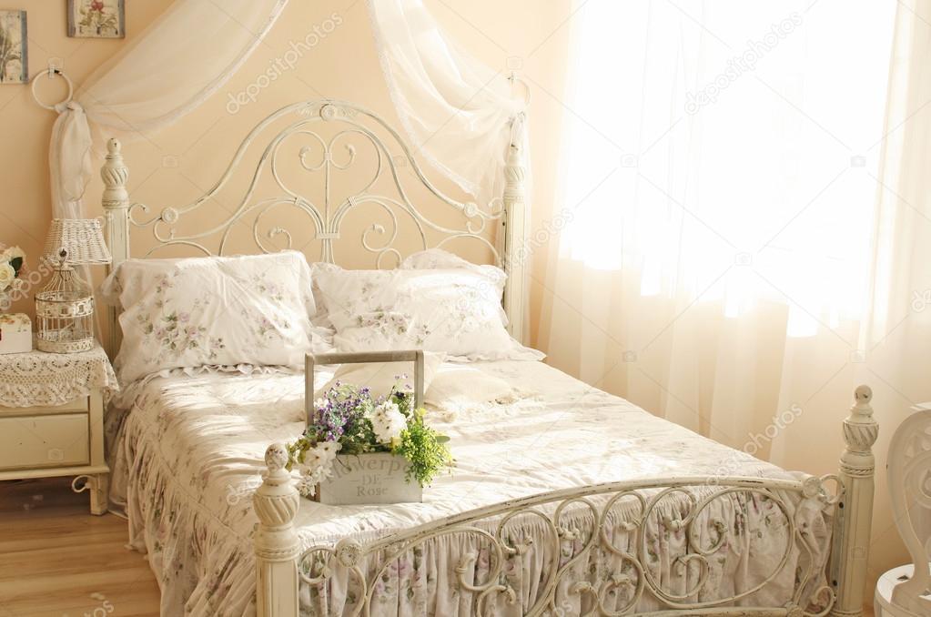 Franse stijl slaapkamer interieur design — Stockfoto © tiulkina ...