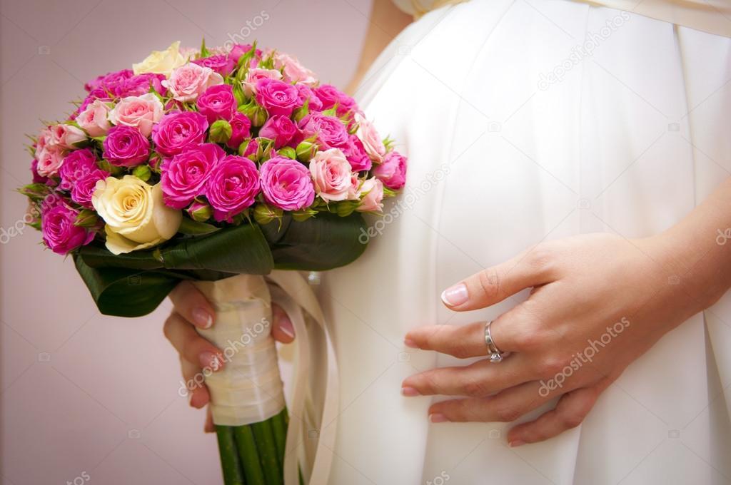 b7679d807 novia embarazada con un ramo de flores — Fotos de Stock ...
