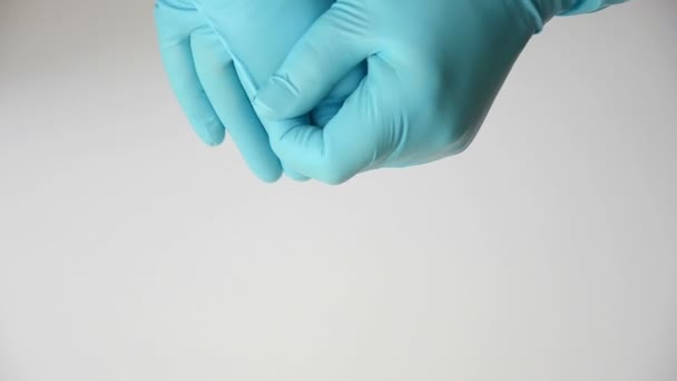blaue Gummihandschuhe ausziehen
