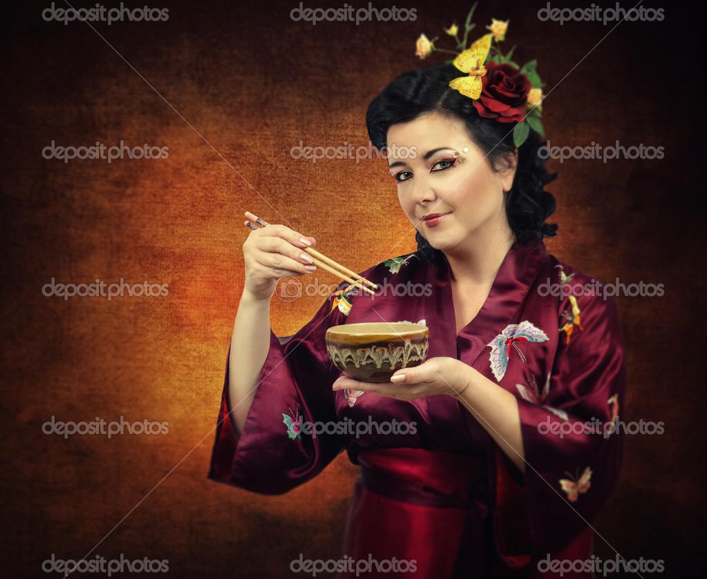 3f451166346 Λουλούδια μαλλιά κιμονό γυναίκα τρώει με chopsticks — Φωτογραφία ...