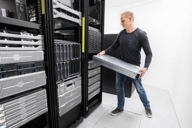 Woring IT consultant install rack server
