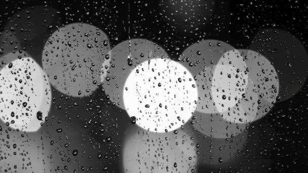 kapky deště na okno s pohyblivými semaforu