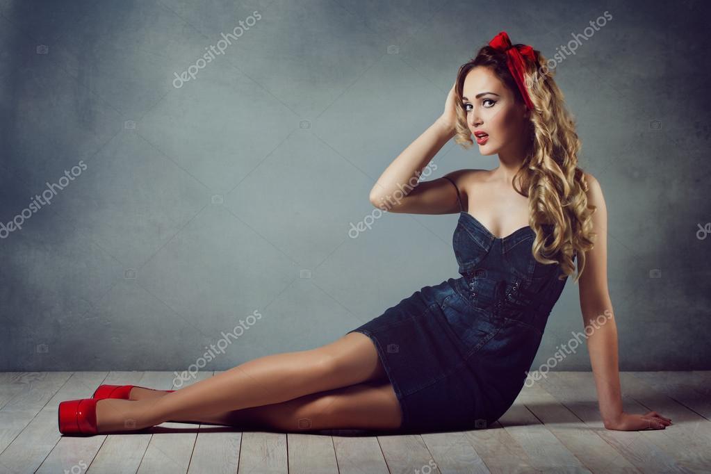 Красивая секси девочка в чулках на каблуках в корсете с красной помадой