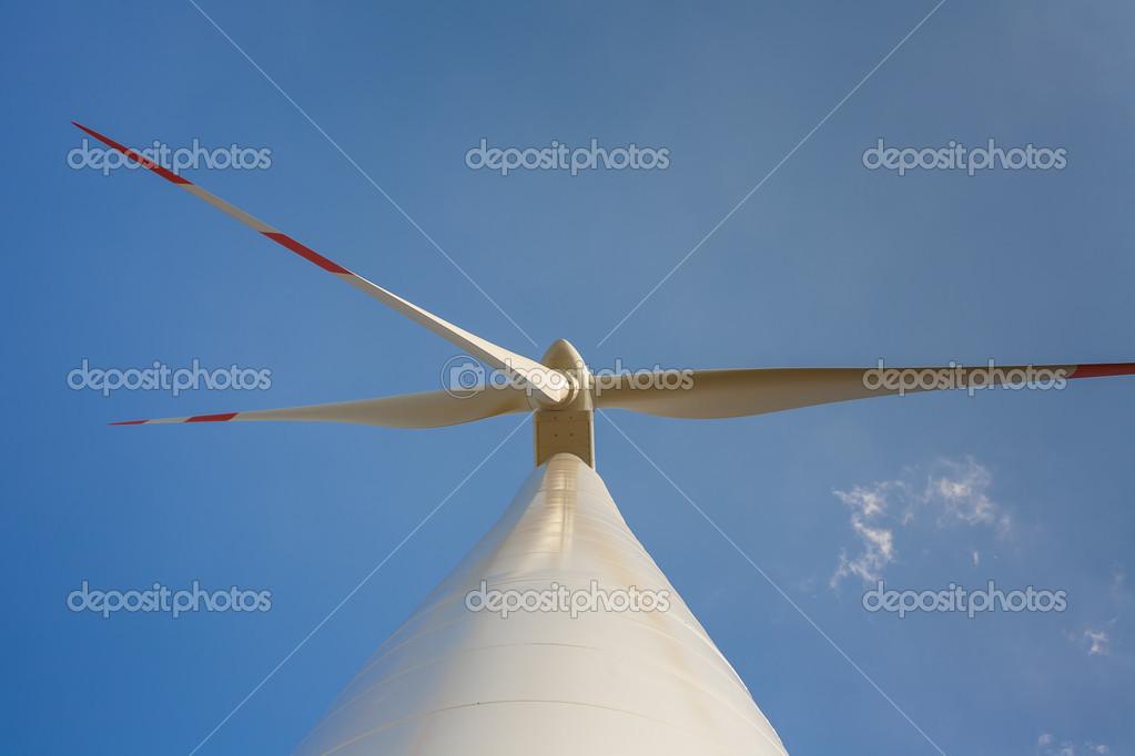 Windkraftanlage mit Propeller im Rahmen — Stockfoto © Gashgeron ...