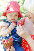 babička a vnučka se jíst jahody