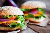 Nahaufnahme hausgemachter Burger auf hölzernem Hintergrund