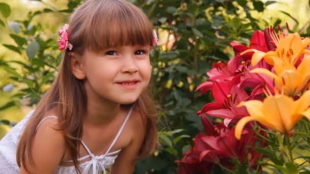 dívku mezi liliemi, květiny úsměvy vlny ruku