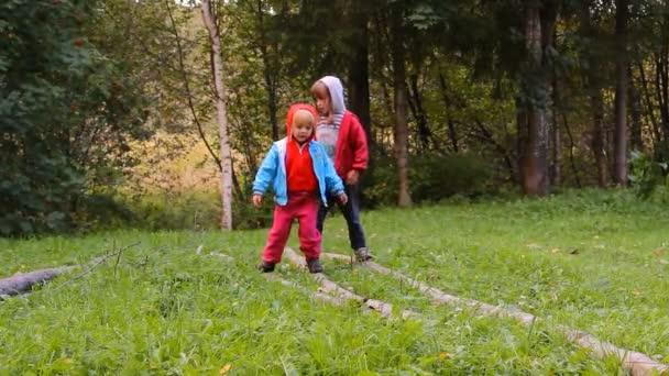 dvě dívky hrát, směje se