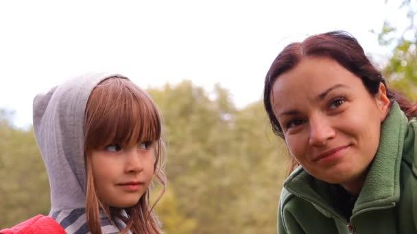 dívka a žena předstírá tváře