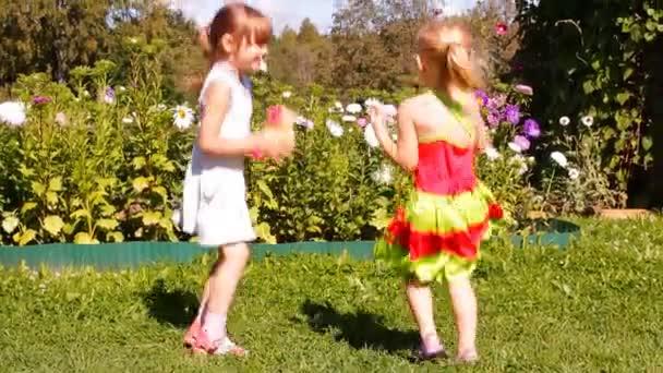 dvě dívky hrát psa toy (hračka), směje se