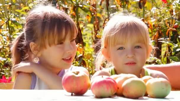 dvě dívky s jablky, jíst řeči
