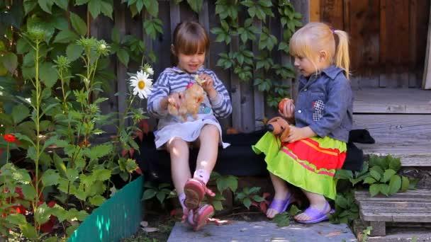 dvě dívky jíst jablka, hraje psy hračky