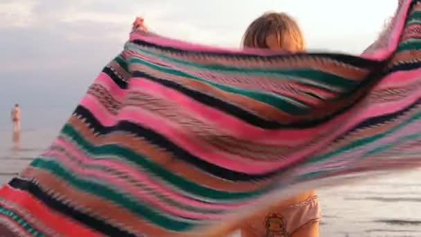 Mädchen, schütteln und legt eine Decke auf das Hafenviertel