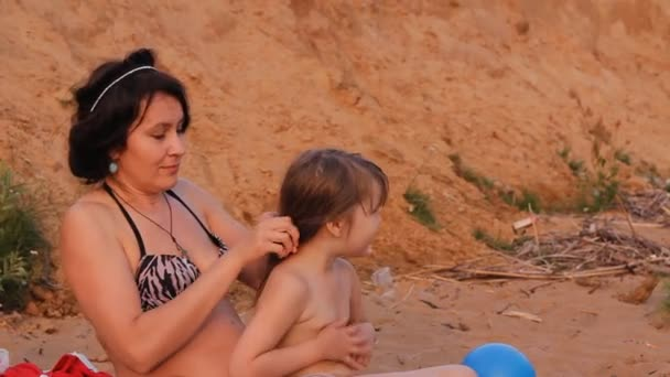 anya lánya haj csiszolt a strandon